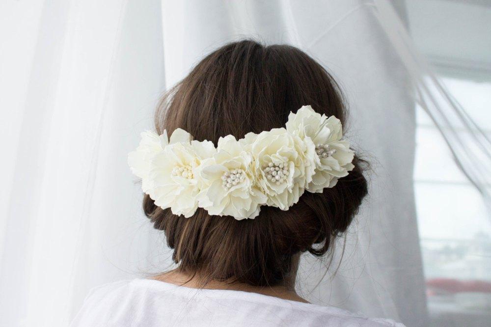 white blig flower hair pins