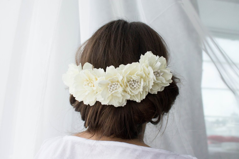 white blig flower hair pins